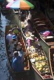 Frauen Damnoen Saduak bereiten sich wegnehmen Lebensmittel am sich hin- und herbewegenden Markt Thailand vor Stockbild