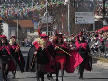 Frauen in den Kostümen für Frühlingsparade stockfoto