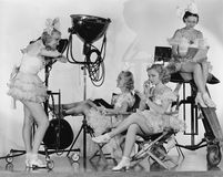 Frauen in den Kostümen mit Filmausrüstung stockbild