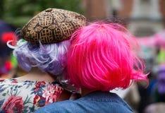 Frauen in den Perücken mit hellen Farben Lizenzfreie Stockfotos