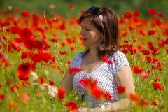 Frauen in den roten Mohnblumen Lizenzfreie Stockbilder