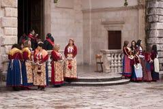 Frauen in den traditionellen Kostümen am Festival. lizenzfreie stockbilder