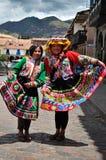 Frauen in den traditionellen roten Kleidern und in den Hüten lizenzfreie stockfotos