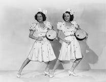 Frauen in den zusammenpassenden Ausstattungen, die Trommeln spielen (alle dargestellten Personen sind nicht längeres lebendes und lizenzfreies stockbild
