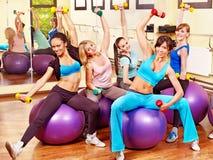 Frauen in der Aerobicklasse. Stockbild
