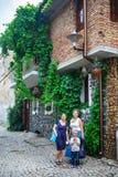 Frauen in der alten Stadt stockbilder