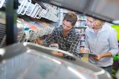 Frauen der Ansicht zwei durch Shopregal Lizenzfreie Stockfotos