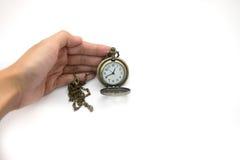 Frauen der Hand alte silberne Taschenuhr auf weißem backgroun halten Lizenzfreies Stockfoto