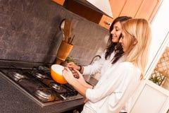 Frauen in der Küche lizenzfreie stockbilder