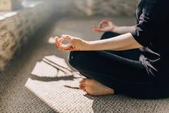 Frauen in der Lage der Meditation Stockbild