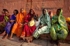 Frauen in der Solareklipse der bunten Sariuhr Stockbild