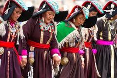 Frauen in der tibetanischen Kleidung, die Volkstanz durchführt Stockfotografie
