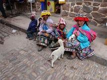 Frauen in der traditionellen peruanischen Kleidung im Dorf von Pisac, Peru lizenzfreies stockbild
