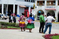 Frauen in der traditionellen peruanischen Kleidung und in den Hüten auf den Straßen von Cuzco-Stadt Stockbild