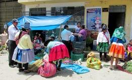 Frauen in der traditionellen peruanischen Kleidung und in den Hüten auf den Straßen von Cuzco-Stadt Stockfotografie