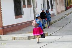 Frauen in der traditionellen peruanischen Kleidung und in den Hüten auf den Straßen von Cuzco-Stadt lizenzfreies stockfoto