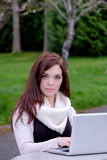 Frauen an der Universität schreibend auf einem Computer Stockfotos