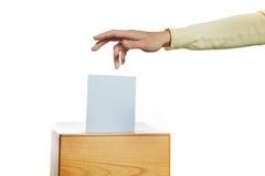 Frauen in der Wahl mit Stimmzetteln und Wahlurne Lizenzfreies Stockfoto