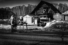 Frauen, die Äpfel in der russischen Dorf-Szene kaufen Stockfotos