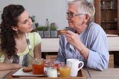Frauen, die über Frühstück sprechen stockbild