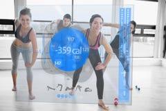 Frauen, die Übungen mit Trainer beim Schauen der futuristischen Schnittstelle tun vektor abbildung