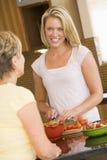 Frauen, die Abendessen vorbereiten Lizenzfreie Stockbilder