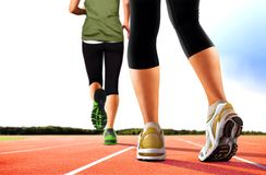 Frauen, die auf Bahnen laufen Stockfotografie