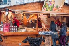 Frauen, die auf churros am Weihnachtsmarkt warten lizenzfreies stockbild