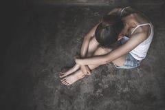 Frauen, die auf dem Boden schreit mit Krise, deprimierte Frau, Familienprobleme, Druck, K?che, Missbrauch, h?usliche Gewalt sitze stockfoto