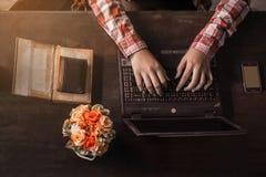 Frauen, die auf dem Tisch arbeiten lizenzfreie stockfotografie