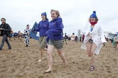 Frauen, die auf den Strand laufen Stockbild