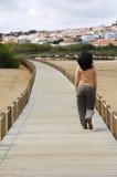 Frauen, die auf eine hölzerne Brücke gehen Stockfoto