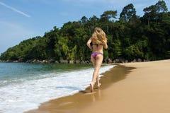 Frauen, die auf einem Strand laufen Stockbild