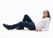 Frauen, die auf einem weißen Fußboden sitzen Lizenzfreies Stockbild