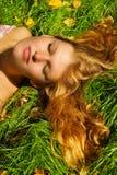 Frauen, die auf Gras sluging sind Lizenzfreie Stockbilder