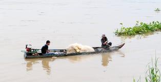 Frauen, die auf Kanu und dem Rudern sitzen lizenzfreie stockfotografie