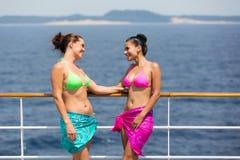 Frauen, die auf Kreuzfahrt sprechen Stockfotografie