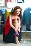 Frauen, die auf neuen rüttelnden Schuhen versuchen Stockfotos