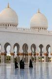 Frauen, die auf Sheikh Zayed Grand Mosque gehen Lizenzfreie Stockfotografie