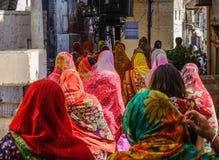 Frauen, die auf Straße in Pushkar, Indien gehen stockbild