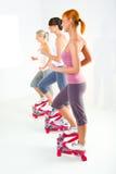 Frauen, die auf Tretenmaschine trainieren Stockbilder
