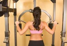 Frauen, die auf Weightliftingmaschine trainieren Lizenzfreie Stockbilder