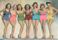 Frauen, die in Badeanzügen aufwerfen Lizenzfreies Stockfoto