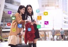 Frauen, die bewegliche APP verwenden, die ein nevigation nach Shop suchen Lizenzfreies Stockfoto