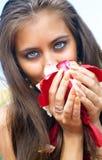 Frauen, die Blumenblätter der Rosen anhalten Lizenzfreies Stockfoto