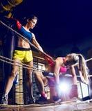 Frauen, die Boxhandschuhe tragen stockfoto