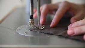 Frauen, die braunen Flachs mit Nähmaschine nähen stock video