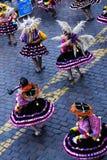 Frauen, die in den Trachtenkleidern Cusco Peru South America wirbeln stockfotos