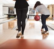 Frauen, die in der Bowlingbahn spielen Stockfotos