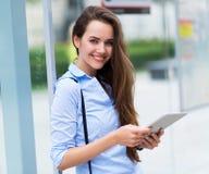 Frauen, die an der Bushaltestelle warten Lizenzfreie Stockfotos
